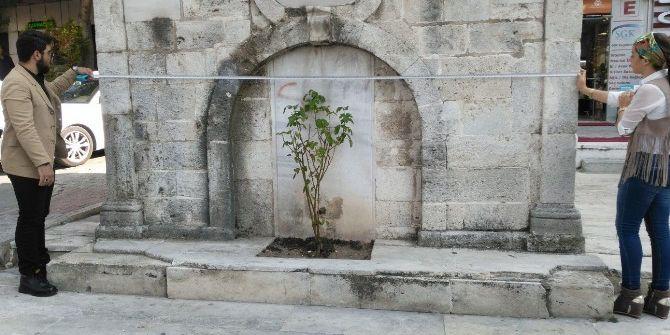 İaü Öğrencileri Tarihi Çeşmeyi Yıkılmaktan Kurtardı