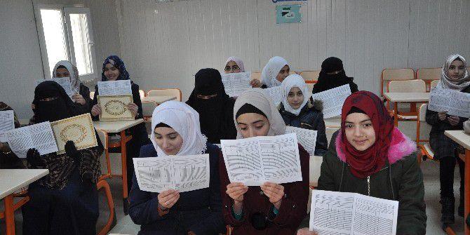 Reyhanlı'da Suriyeli Öğrenciler Karnelerini Aldı