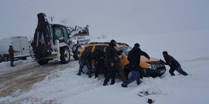 Bitlis'te Tipi Ve Fırtınada Mahsur Kalan 10'u Öğretmen 25 Kişi Yolda Mahsur Kaldı