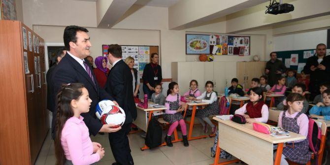 Dündar'dan Seçim Vaatlerini Yerine Getiremeyen 9 Yaşındaki Okul Başkanına Destek