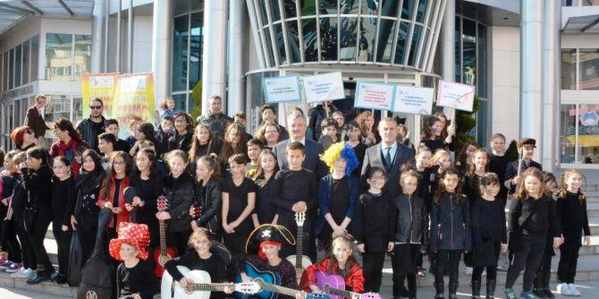Tiyatro Okulu Öğrencileri Dünya Tiyatro Gününü Kutladı