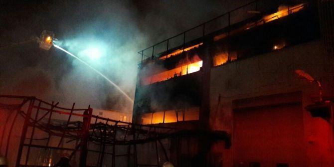 Sancaktepe'de Çıkan Yangında Fabrika Alev Alev Yandı