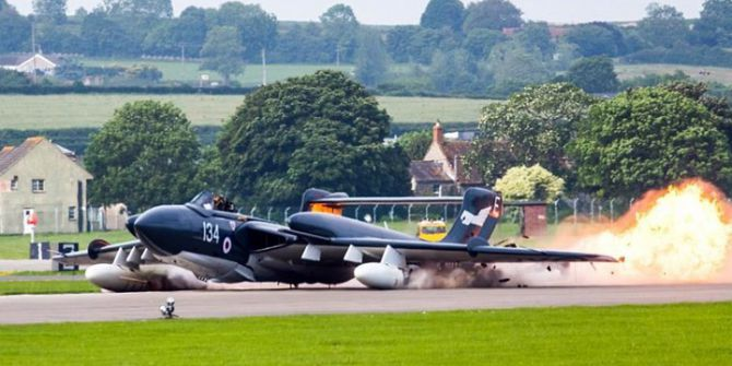 İngiltere'de Uçak Gövde Üstü Piste İndi, Pilot Kurtuldu
