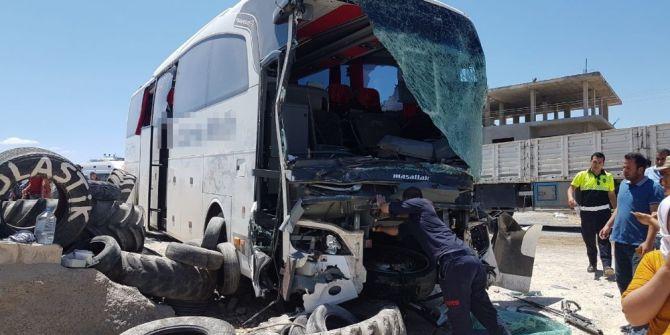Yolcu Otobüsü İle Tır Çarpıştı: 12 Yaralı