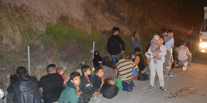 İzmir'de Kamyonetin Kasasında 47 Göçmen Yakalandı