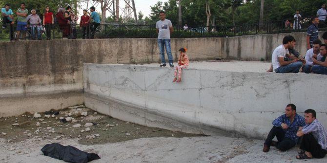 Kız Çocuğu Kucağında Topla Cesedi İzledi