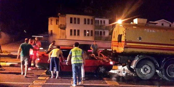 Otomobil sulama tankerine çarptı: 3 yaralı