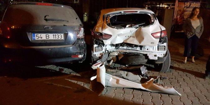 Park halindeki otomobillere çarptı: 4 yaralı