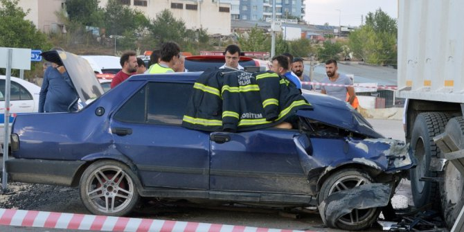 Asfalt malzemesi taşıyan kamyon ile otomobil çarpıştı: 1 ölü, 2 yaralı