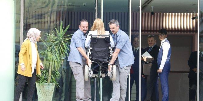 Engelli milletvekilini rampa olmayınca Cumhurbaşkanı korumaları taşıdı