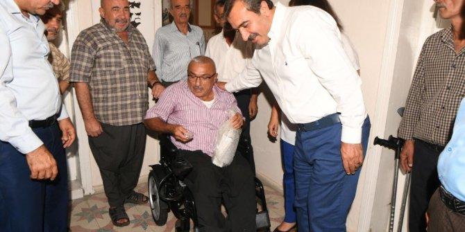Çetin, Saimbeyli'deki engelliye akülü araç götürdü