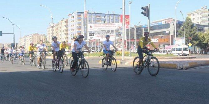 Bisiklet tutkunları pedal çevirmeye devam ediyor