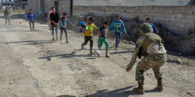 Mehmetçik Rasulayn'daki Çocuklara Moral Veriyor