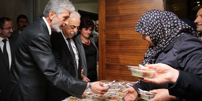Sincan Belediye Başkanı Tuna Aşure Dağıttı