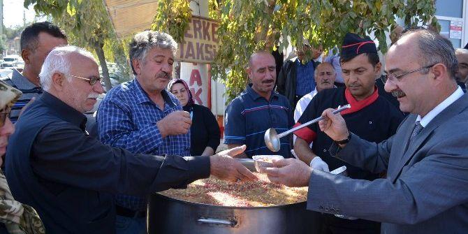 Başkan Gülcüoğlu Vatandaşlara Aşure İkram Etti