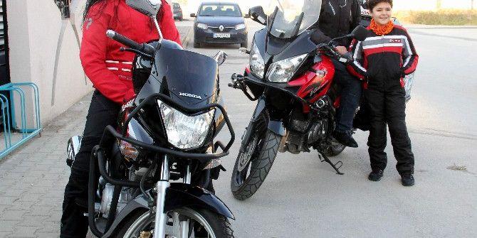 Öğretmen Çift Motosikletle 60 Kilometre Yol Kat Ederek Okula Gidiyor