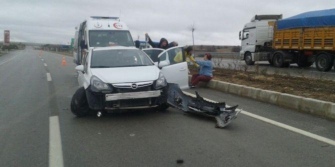 Kamyon Otomobile Çarptı: 3 Yaralı