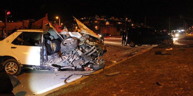 Kaza Sonrası Otomobil Paramparça Oldu: 3'ü Ağır 4 Yaralı