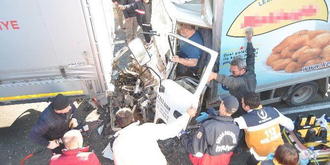 Tır'a Çarpan Kamyonet Hurdaya Döndü: 1 Yaralı