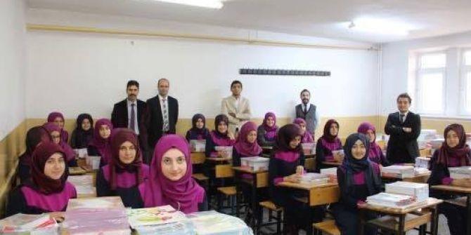 Oltu Kız Anadolu İmam Hatip Lisesine 90 Bin Liralık Kitap Yardımı