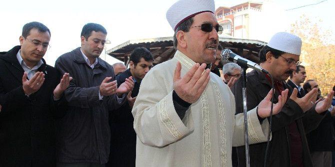 Eller Semaya Halep İçin Açıldı