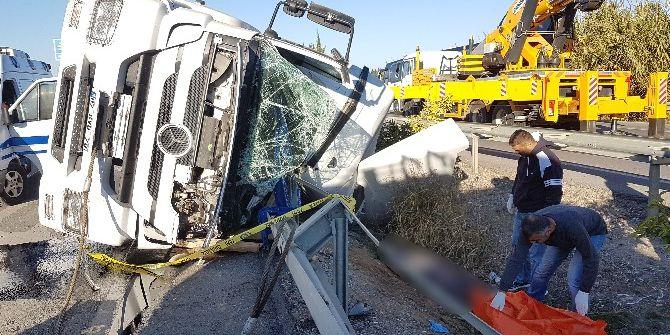 Kaza Geçiren Tır Sürücüsü Öldü, Firma Yetkilileri Çimento Peşine Düştü