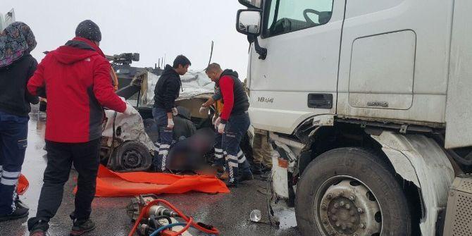 Muş'ta Otomobil İle Tır Çarpıştı: 3 Ölü