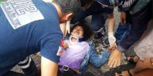 Yolun karşısına geçmeye çalışan genç kıza otomobil çarptı