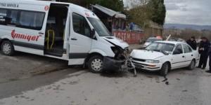 Servis Minibüsü Otomobille Çarpıştı: 1 Yaralı
