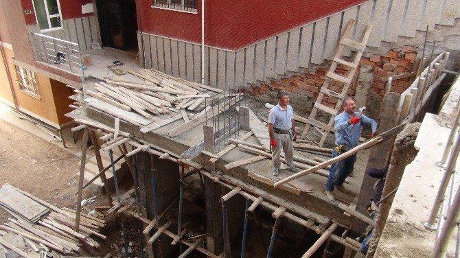 Yer Altındaki Su Sızıntısı 13 Katlı Binanın Kaymasına Neden Oldu