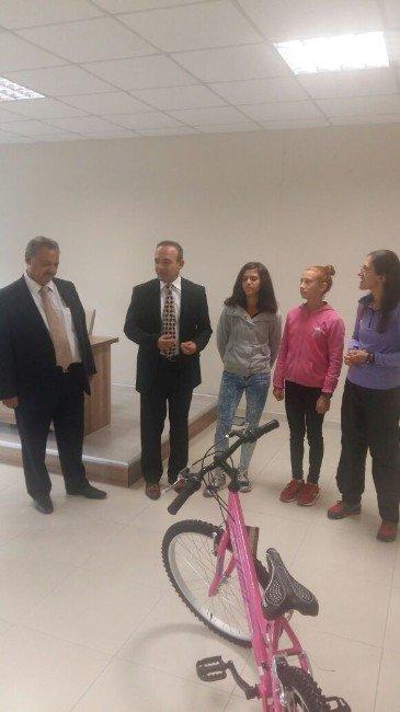 Burhaniye'de Şampiyon Özel Sporculara Bisiklet