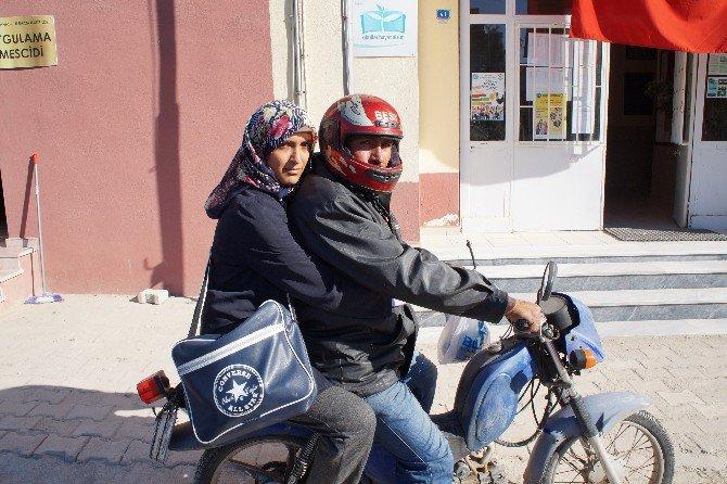 Motosikletle Okula Gitmeye Çalışıyor