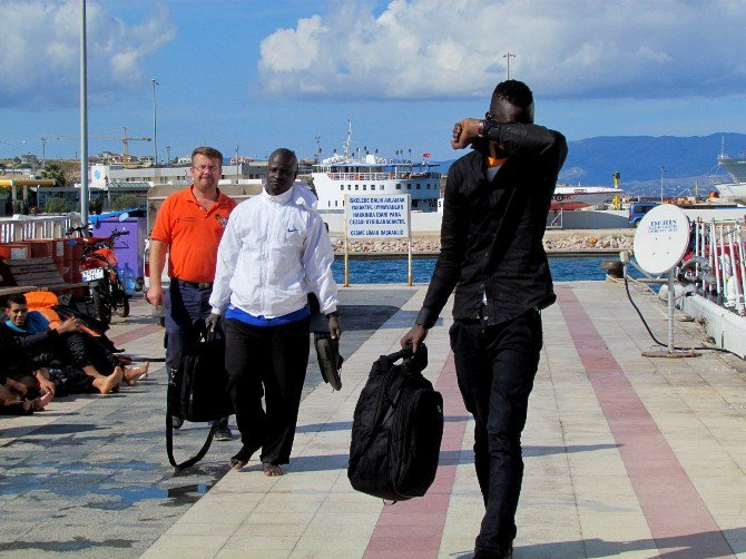Sığınmacılar Sahil Güvenliği Görünce Denize Atladı