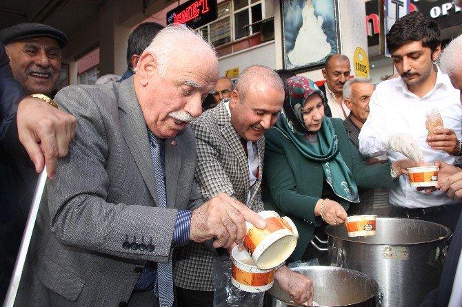 Malatya Ülkü Ocakları Aşure Dağıttı