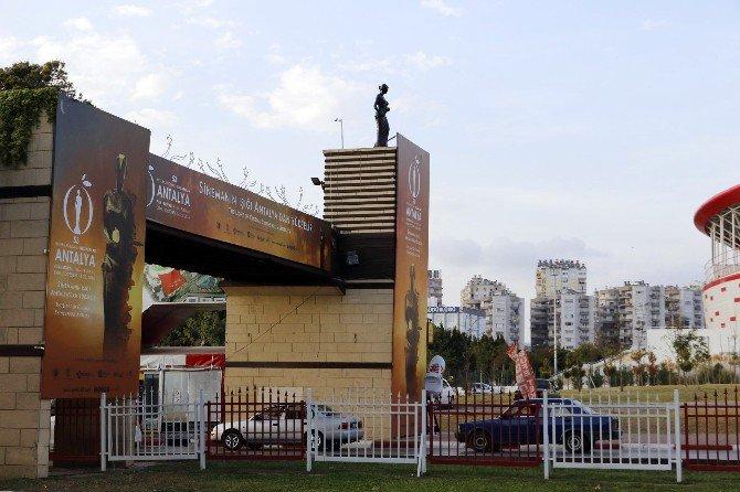 Altınportakal'ın Simgesi Venüs Heykelleri Yerlerini Aldı