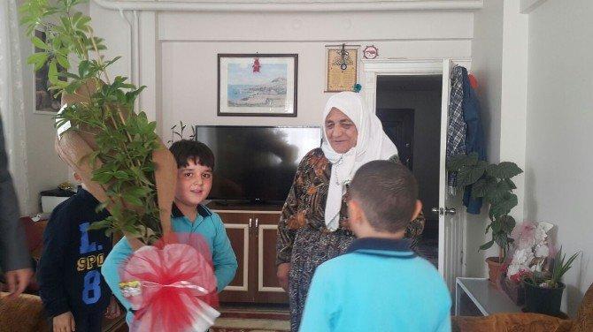 27 Ağustos İlkokulu Öğrencilerinden Şehit Ailelerine Ziyaret
