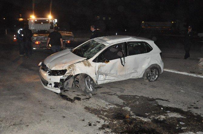 Kaza Sonrası Refüje Çıkan Otomobil Mobese Direğine Çarparak Durabildi: 1 Ölü, 2 Yaralı