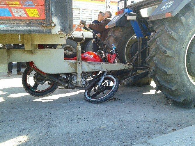 Motosiklet Traktörün Altına Girdi: 1 Yaralı