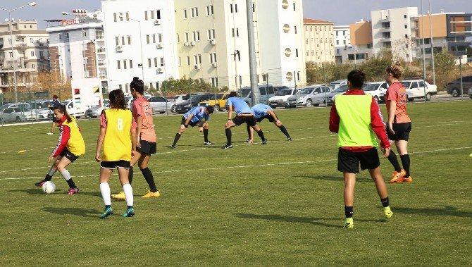 Döşemaltı Kadın Futbol Takımı Adana İdman Yurdunu Konuk Ediyor
