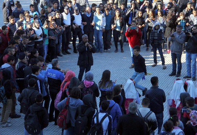 Kadın Davulcu Çaldı, Polis Ve Öğrenciler Halay Çekti