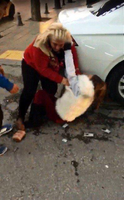 Aralarında Tartışma Çıkan İki Kadın Cadde Ortasında Birbirine Girdi