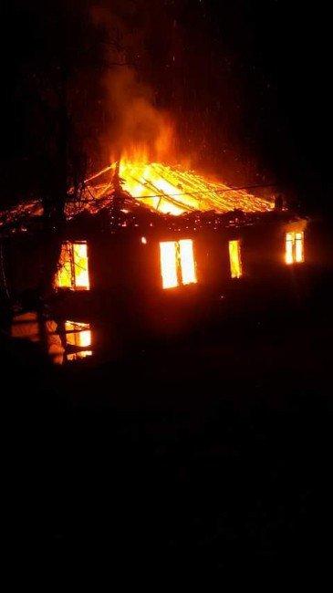 Çıkan Yangında 1 Ev Kül Oldu