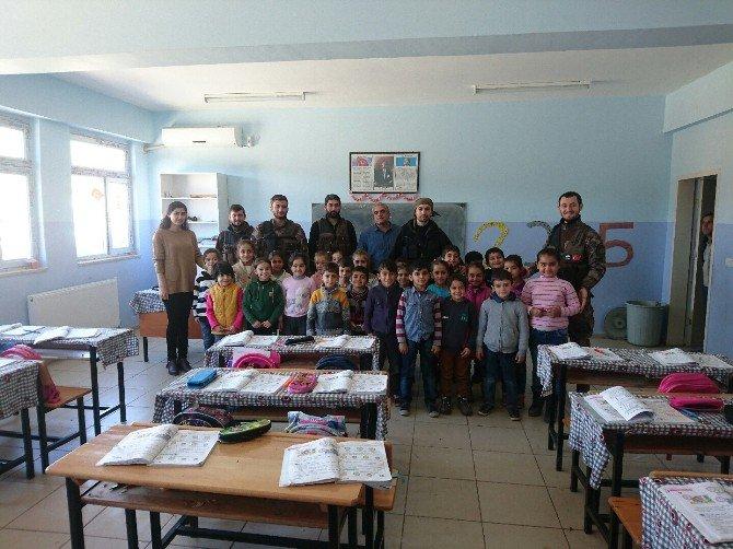 Özel Harekat Polislerinden Öğrencilere Kırtasiye Yardımı