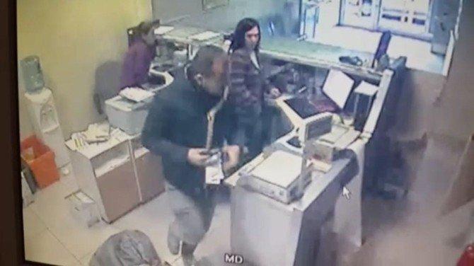 Silahlı Soyguncu Ptt'de Hamile Memuru Da Yaraladı