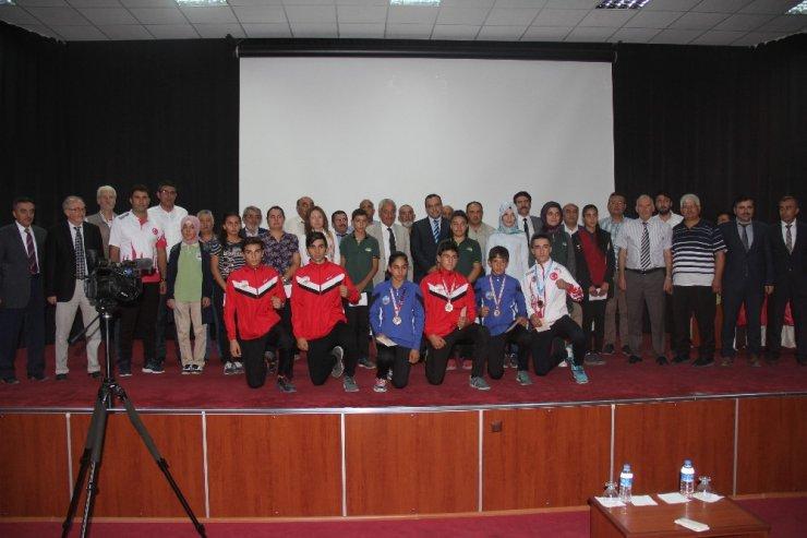 İncesu Belediye Başkanı Zekeriya Karayol Genç Sporcuları Ödüllendirdi