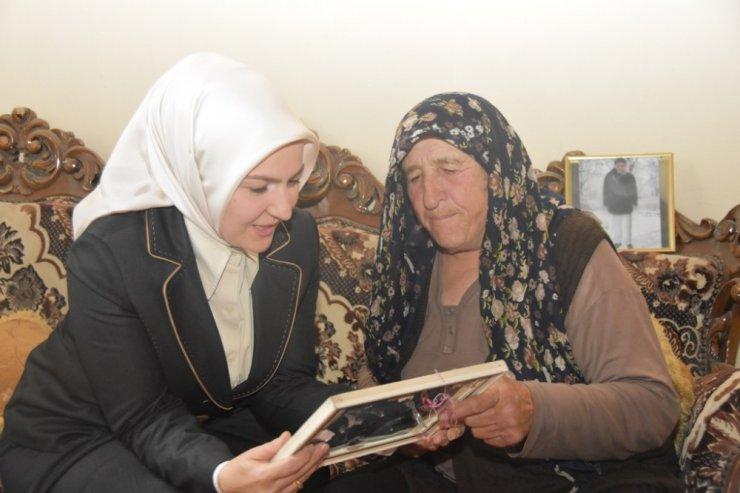 Fatma Çolakbayrakdar, el öptü gönül aldı