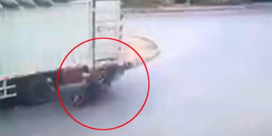 Motosikletli şahıs kamyona böyle çarptı
