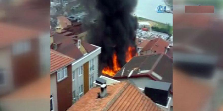 Beyoğlu'nda yangın mahalleliyi sokağa döktü